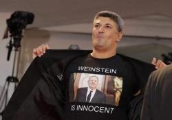 Un uomo in t-shirt ha manifestato a favore del produttore Weinstein accusato di abusi sessuali