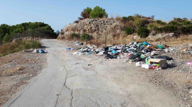 Rifiuti abbandonati in strada, le immagini da via Sant'Onofrio a Porto Empedocle