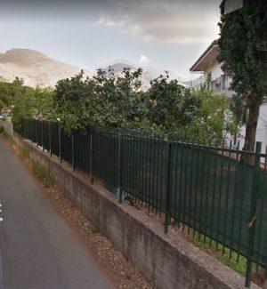 Perdono il controllo di uno scooter a Palermo, incidente a Mondello: gravi due ragazzi