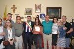 Consegna della targa ricordo da parte del sindaco di Saponara ad Amanda Rantuccio e alla sua famiglia
