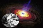 Il fisico Stephen Hawking (fonte: NASA) e, sullo sfondo, un buco nero che ingoia la materia che lo circonda (fonte: Phil Plait, Flickr)