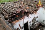 Crolla il tetto di una casa a Catania: le foto da via Fossa della Creta