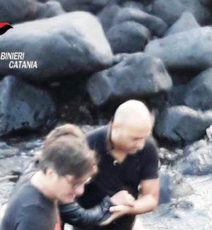 Tenta il suicidio gettandosi in mare, due carabinieri salvano una donna a Catania