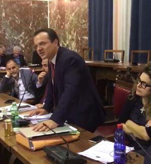 """Il consiglio comunale approva il """"Salva Messina"""" e il sindaco De Luca ritira le dimissioni"""