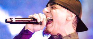 J-Ax sul palco, festa per i 25 anni di carriera tra emozioni e revival