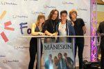 I Maneskin a Palermo, fan di ogni età salutano i loro idoli al centro commerciale: le foto