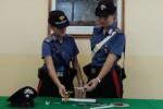 Pusher trovato con la droga a Gela, i familiari prendono a calci e pugni i carabinieri: 4 arrestati