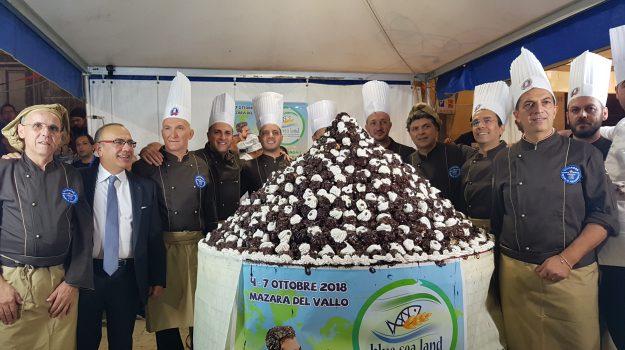 I pasticceri e il presidente del Distretto della Pesca della Sicilia, Nino Carlino