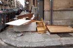 Discarica sotto la finestra di casa in via Mortillaro a Palermo: i rifiuti sono ancora lì