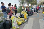 A Sferracavallo una montagna di rifiuti, i cittadini ripuliscono le strade