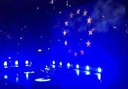 Al Forum Bono ha omaggiato l'Ue con le parole e con una grande bandiera alle sue spalle