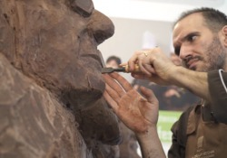 Bottura, Pavarotti, Vasco e Ferrari diventano statue di cacao a Modena per Sciocolà