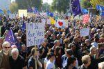 """Brexit, mezzo milione di persone in strada per chiedere un'intesa all'Ue: """"Ridare la parola al popolo"""""""