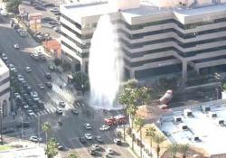 Un forte getto d'acqua - alto più di 10 metri - è scaturito dal manto stradale
