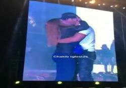 Il live in Ucraina, a Kiev, del 43enne cantante spagnolo ha avuto questo momento imperdibile. Una fan è salita sul palco e ha abbracciata il suo idolo. Enrique non solo ha risposto con passione al bacio della ragazza, ma l'ha anche sollevata da terra con un abbraccio molto caliente. La fan non riusciva a credere ai suoi occhi