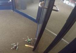 I piccoli robot volanti sollevano e spostano oggetti 40 volte più pesanti