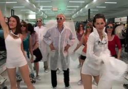 Il Nobel per la Fisica Gérard Mourou balla e canta per il laser Nel 2013 si è esibito con alcuni colleghi per promuovere il progetto europeo ELI - LaPresse
