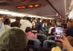La scena (caotica) a bordo di un apparecchio fermo in pista all'aeroporto Charles de Gaulle di Parigi