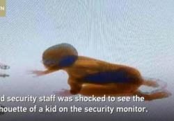 I genitori l'hanno perso di vista e l'hanno ritrovato nei filmati della macchina controllo valigie