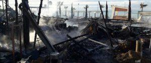 L'incendio appiccato al Lido BCool Beach di Gela - Foto del Movimento civico Gela com'era