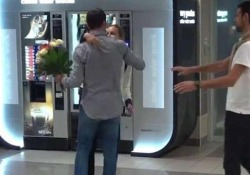 Radek Stepanek accoglie la coppia all'aeroporto di Praga