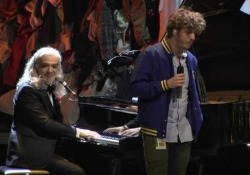 La band e il cantante hanno duettato al Premi o Tenco sulle note di «Altrove»