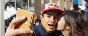 Marc Marquez festeggia dopo la vittoria al MotoGp del Giappone