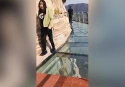 Frantumata una delle lastre trasparenti della struttura in Cina