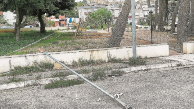 vandali a Partanna in un parco giochi, vandali parco giochi di piazza Galileo Galilei a Partanna, Trapani, Cronaca