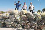 Strasatti, tre consiglieri comunali di Marsala ripuliscono la piazza principale