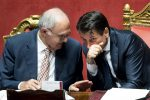 Il ministro per gli Affari europei Paolo Savona e il premier Giuseppe Conte