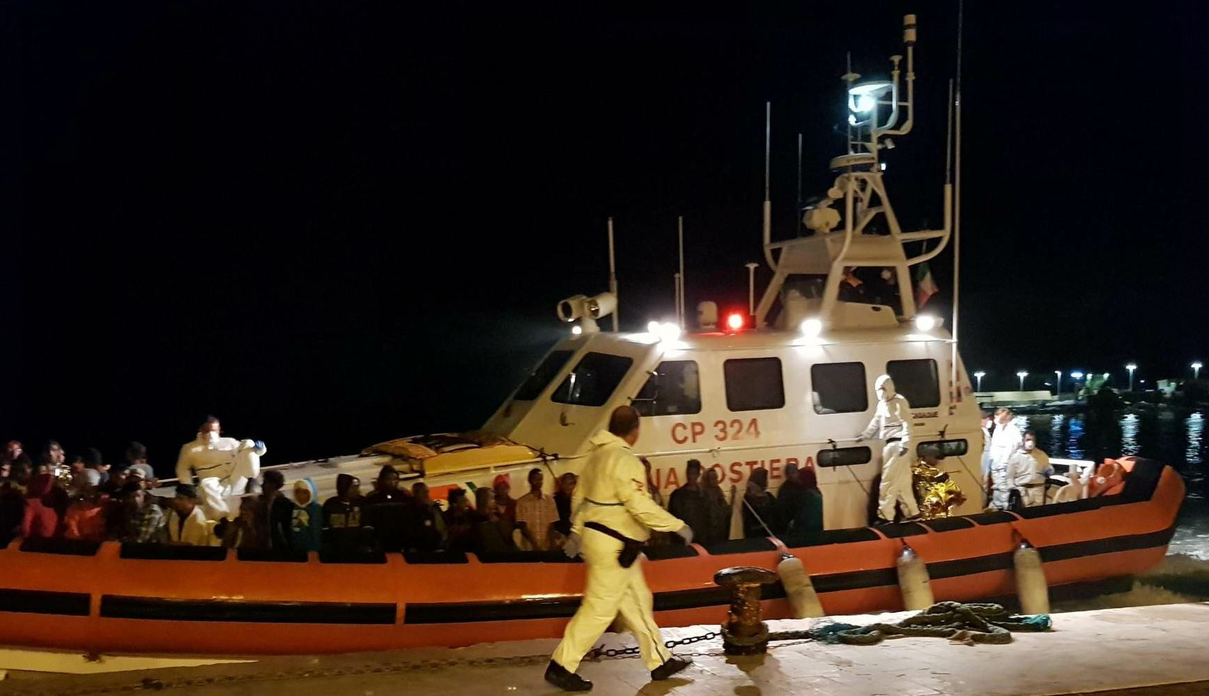 Salvati dalla Guardia costiera italiana 70 migranti al largo di Lampedusa