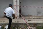 Taranto, lancia la figlia dal balcone e accoltella il figlio: rischia il linciaggio da parte dei vicini
