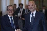 """Manovra, dura lettera dell'Ue all'Italia: """"Deviazione ai patti senza precedenti"""". Conte e Tria cercano di mediare"""