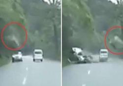 Le immagini riprese da una dashcam su una strada di montagna in Cina
