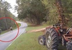 Un ladro di trattori sta cercando di scappare; il poliziotto usa la pistola taser per fermarlo
