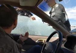 L'automobilista fermato perché pare non indossasse le cinture di sicurezza