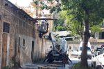 Operai rimuovono amianto in piazza Giulio Cesare a Palermo: le foto