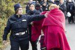 Abbattute otto villette abusive dei Casamonica: le foto dello sgombero a Roma