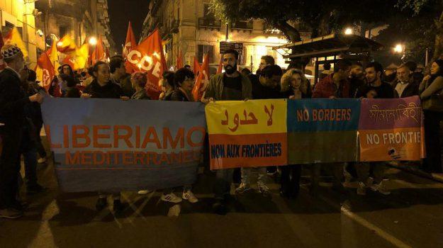In tanti sfilano per le strade di Palermo