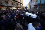 Palermo saluta le vittime di Casteldaccia, corteo pieno di gente verso la Cattedrale: le foto