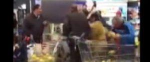 Olio di semi in sconto e alla Lidl di Palermo si scatena la rissa: il video fa il giro del web