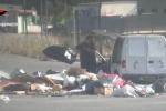 Sacchetti e ramaglie buttati per strada: ecco il video che inchioda i furbetti dei rifiuti ad Agrigento