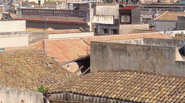crollo tetto Palazzo Lucatelli, Trapani, Cronaca