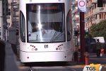Sassi contro il tram e rifiuti per strada: vandali e degrado in via Pecori Giraldi a Palermo