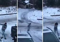 L'uomo ripreso dalla fidanzata mentre cercava di scaricare una cucina giocattolo per la figlia