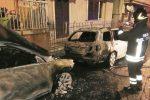 Fiamme e fumo nella notte, tre auto distrutte a Pozzallo