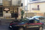 Il barista gli chiede di spegnere la sigaretta e lui spara: tentato omicidio a Noto