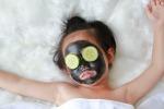 Una bimba con una maschera di bellezza