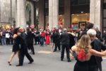 Via Ruggero Settimo come una sala da ballo, a Palermo il flash mob dei ballerini di tango